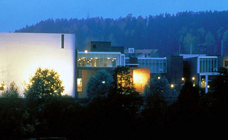Runsaan ja monipuolisen tilaohjelman hallittu jäsentely hienoviritteiseksi, pihatilaan ja jokirannan maisemaan avautuvaksi sisätilojen sarjaksi edustaa suomalaisen julkisen kulttuurirakennuksen arkkityyppiä. Siinä etusijalla ovat aikaa kestävät materiaalivalinnat, tiloihin lankeavan luonnonvalon taitava käsittely ja sisätilojen kaiteita, valaisimia ja vetimiä myöten läpikotaisin tutkitut detaljit.